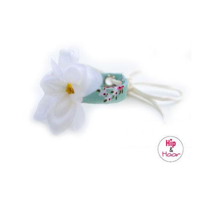 Haarknot-bandje-mint-met-witte-bloem